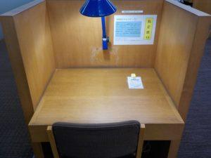 自習室の電源完備の机