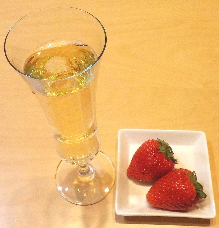 スパーリングワインとイチゴ