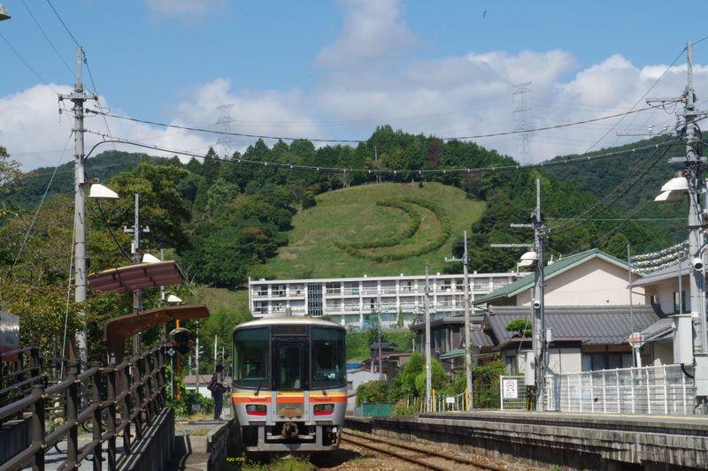 三日月駅を出発列車