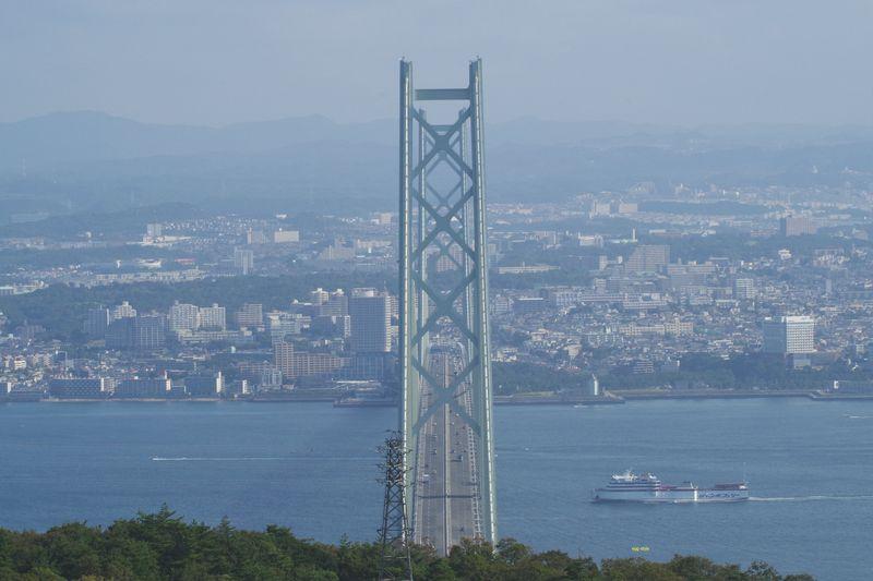 あわじ石の寝屋緑地から明石海峡大橋を俯瞰する