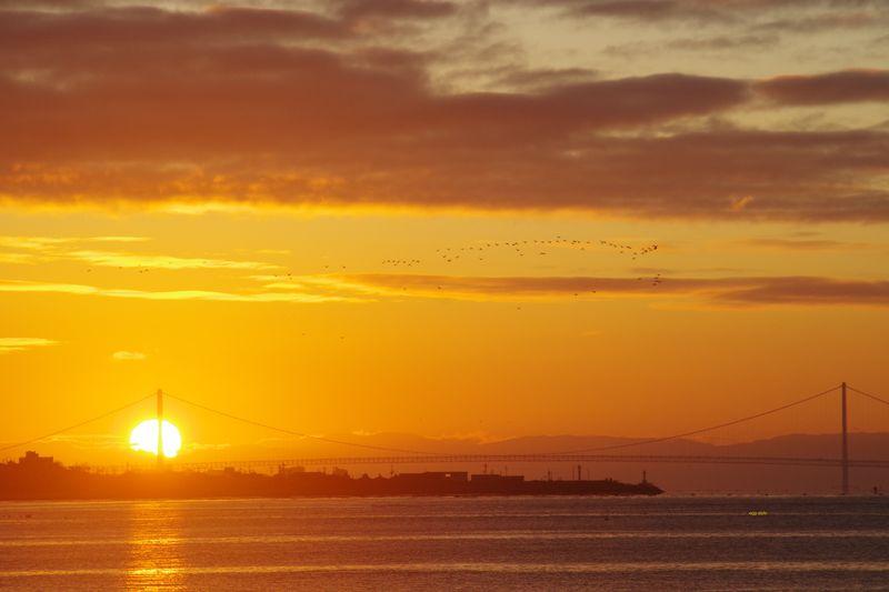 初日の出が明石海峡に昇る