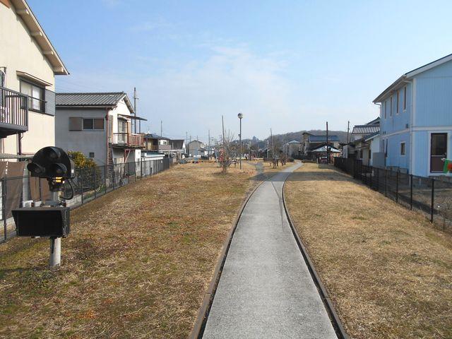 別所ゆめ街道 遊歩道 三木駅跡構内を見る