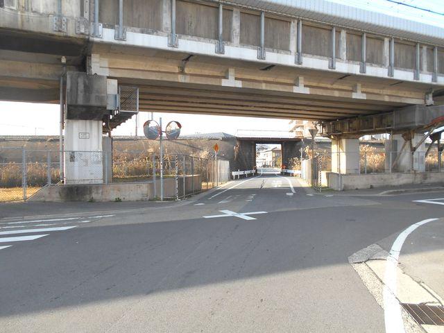 別府鉄道廃線跡を歩く:新幹線の高架をくぐる