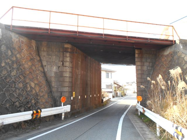 別府鉄道廃線跡を歩く:山陽電車別府駅東の高架をくぐる