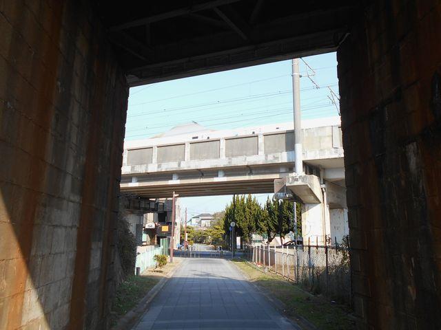 別府鉄道廃線跡を歩く:別府駅高架の先は新幹線高架