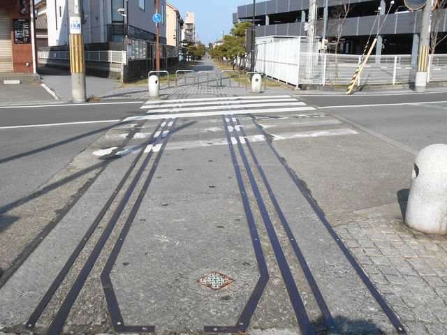 別府鉄道廃線跡を歩く:踏切跡には線路が残る