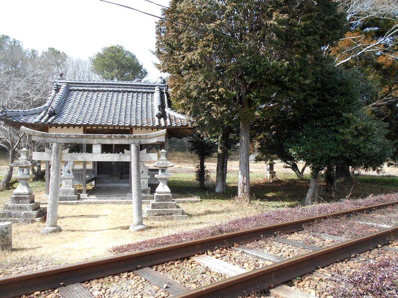 線路の向こうに大歳神社
