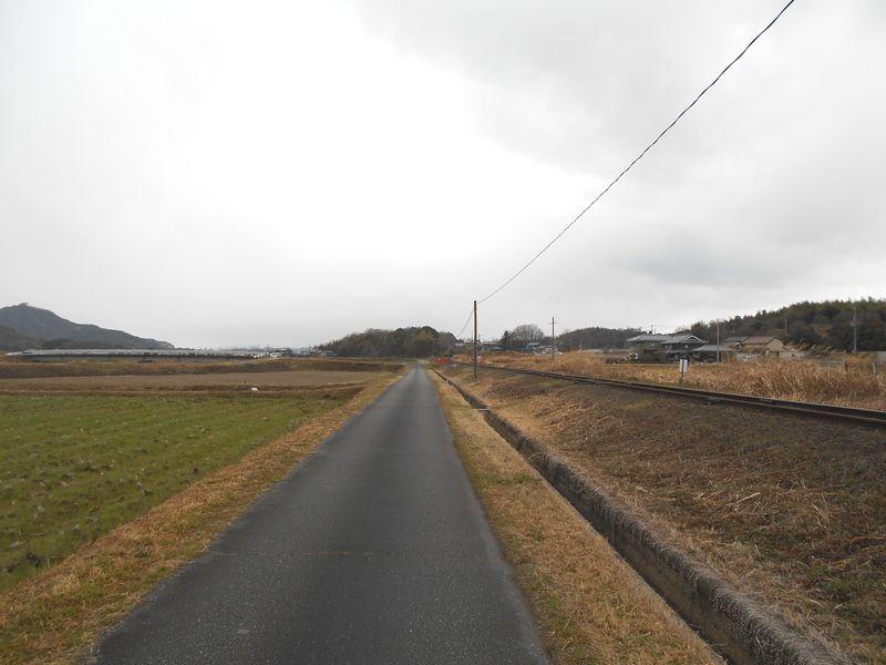 線路沿いの道を進む、この先トトロのトンネル