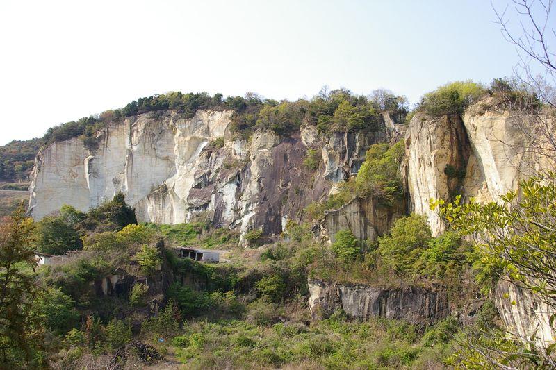 竜山石採石遺跡 この断崖絶壁が採石の跡地