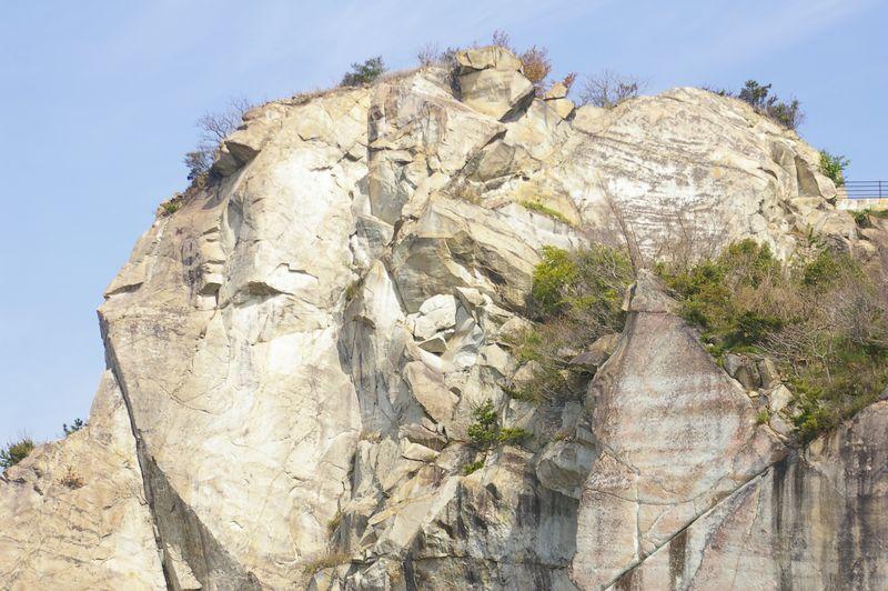 石切りと発破のあとが生々しい山