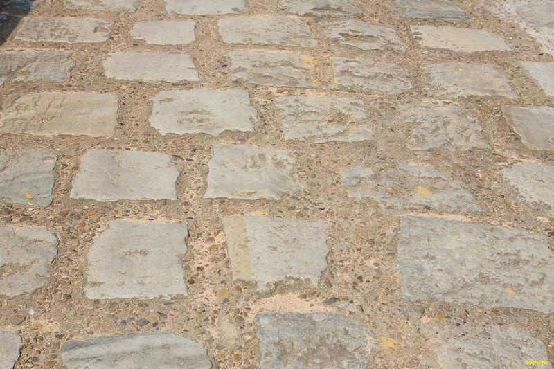 石をコンクリで押さえているような作り