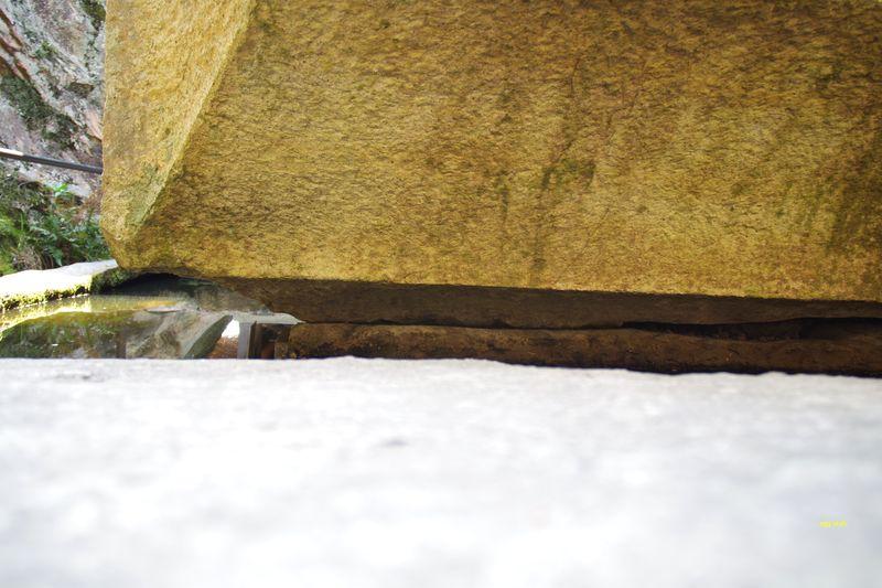 節理があり、巨石は地面から切れているので浮石。