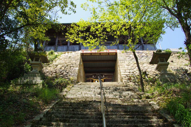 生石神社正面は石垣の入口
