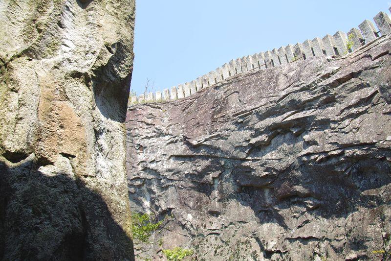 石山をのみでくり抜いて作った。