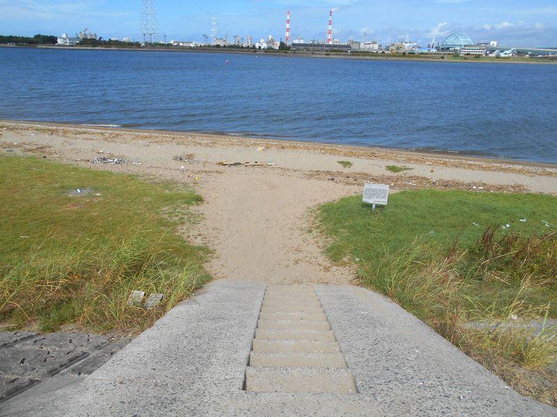 砂浜への降り口には、スロープと階段