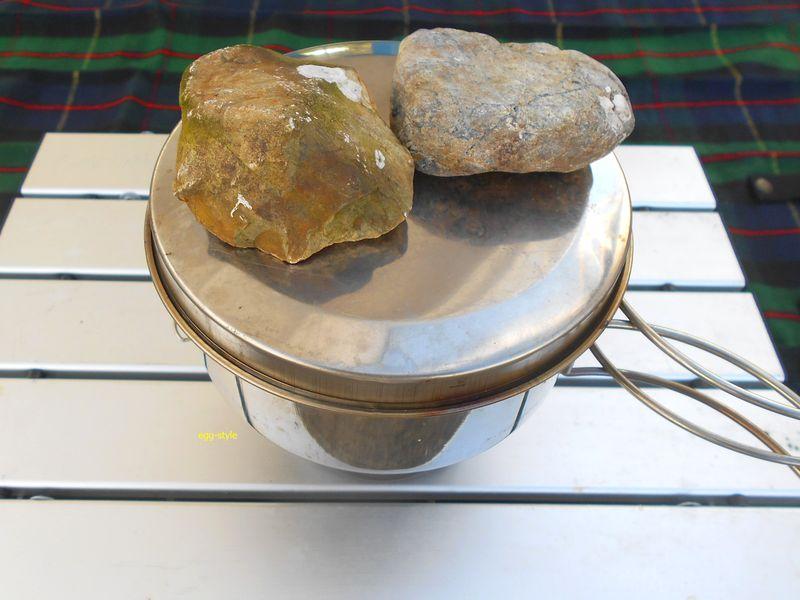 炊飯中、下にアルコールコンロ、石の重しは肝