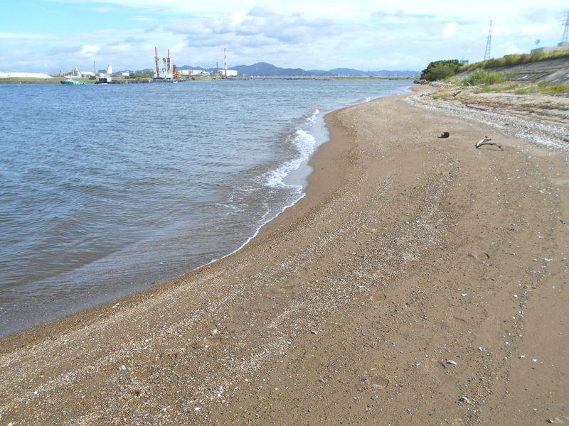 真っ白な砂浜ではないが、貴重なかわいい砂浜