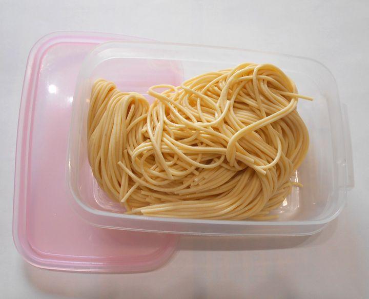保存の容器に移し、食べるまで冷蔵庫で保管。茹でれば普通のパスタ色になる