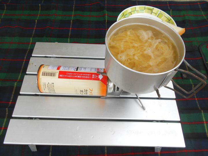パスタが入るだけの沸騰した湯で、本当に1分茹でるだけ