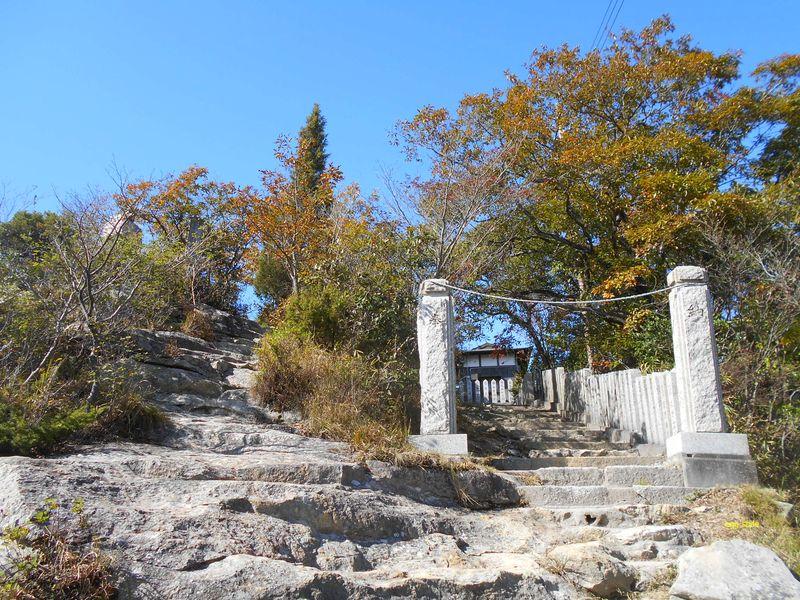 目の前は山頂の神社社殿へ向かう