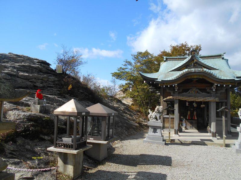 社殿に到着、左側の巨岩が山頂