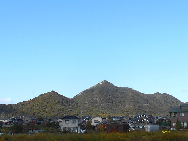 中央が高御位山(304m)、左が小高御位山(185m)
