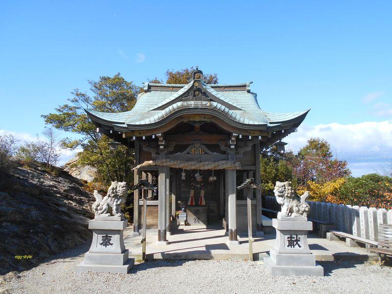 社殿は、伊勢神宮を向き、出雲大社との中間点に位置すると言われる