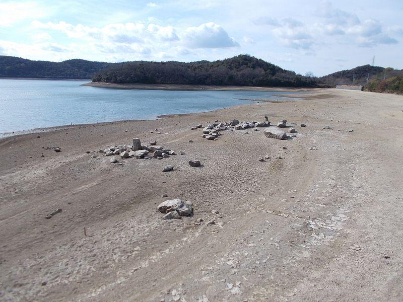 平荘湖の古墳群跡に戻る 水が引くと出る石 他にも石室など多くが残る