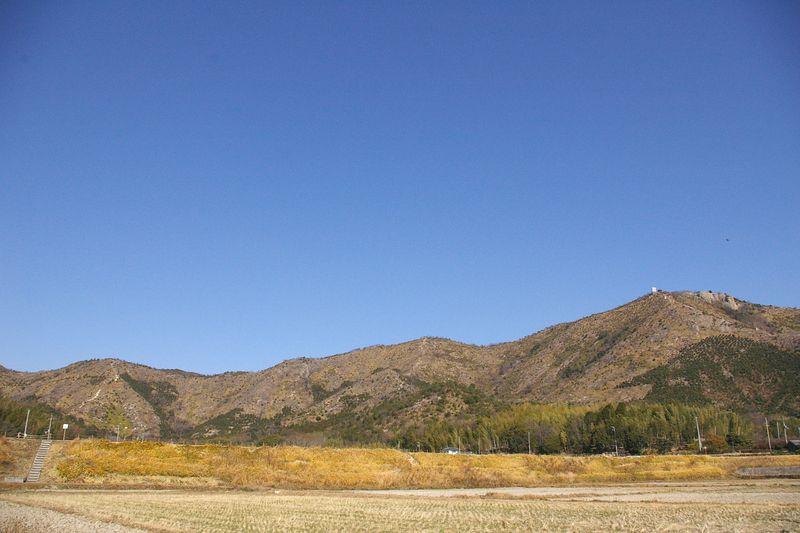 高御位山304mは右 西に連なる播磨アルプス この里山を歩く