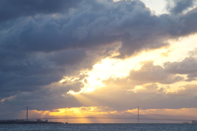 太陽が雲を押しのけて顔を見せようとしている