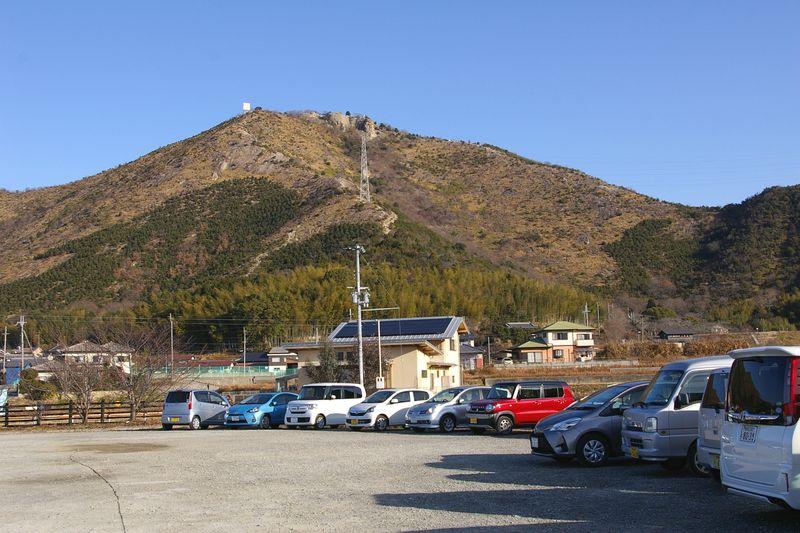高御位山が真正面の阿弥陀新池の無料駐車場