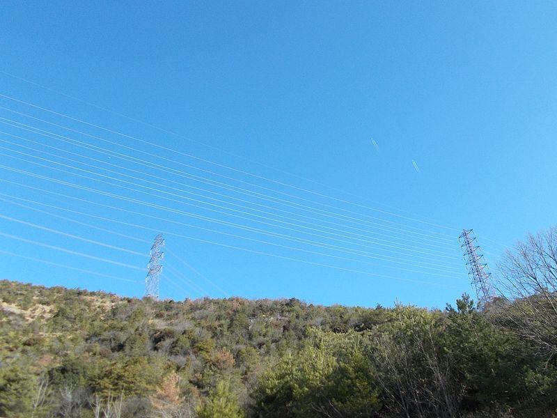 冬晴れの空に飛行機に送電線 なぜかちょっとした興味から行きたくなった