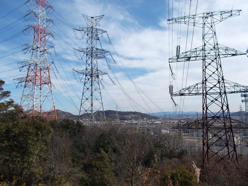 変電所の周囲は 鉄塔と送電線だらけ ここは完全な巡視路で登山道とは違った