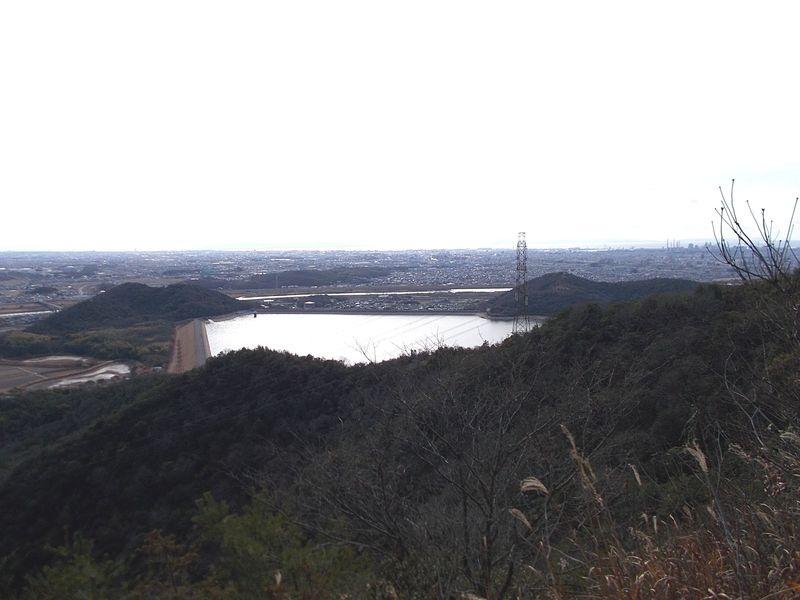 平荘湖の東側 淡路島まで見えるが霞がかり