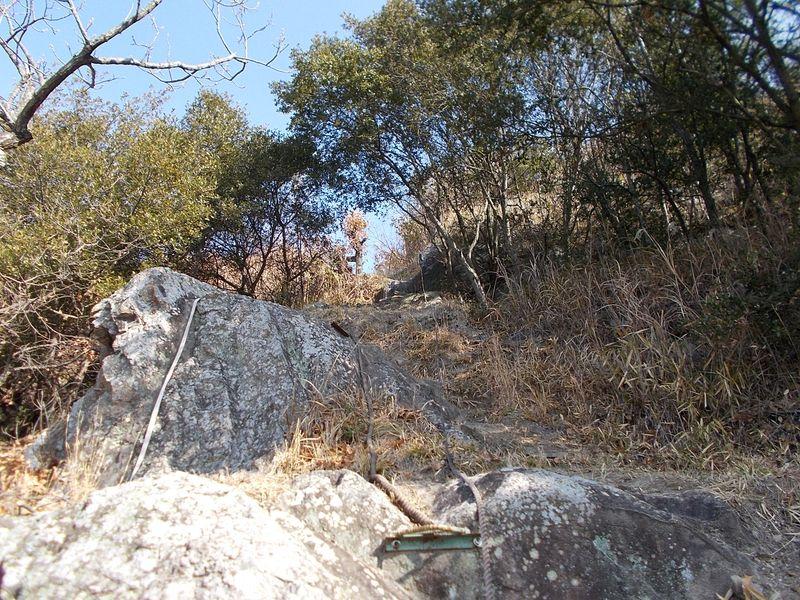 パラグライダー場への登り口 ロープをつかみ 装備20kgを背負いよじ登る
