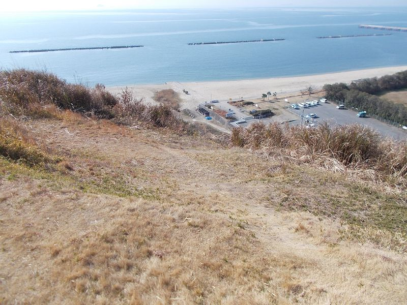 この崖からポンと飛ぶのでしょうが、私は縮みあがる高さだ