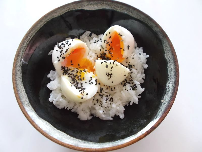 半熟卵にゴマ塩風味 半熟卵は時間調整が難しい