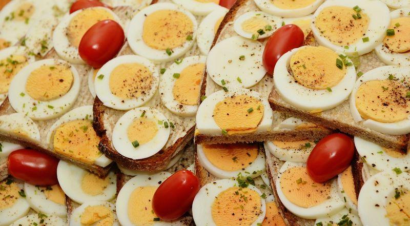 byPixabay ゆで卵とミニトマトレタスは、簡単サンドの良き具材