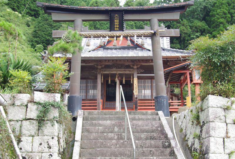 大川稲荷神社 当然ながら鳥居のまっすぐ後方に位置する