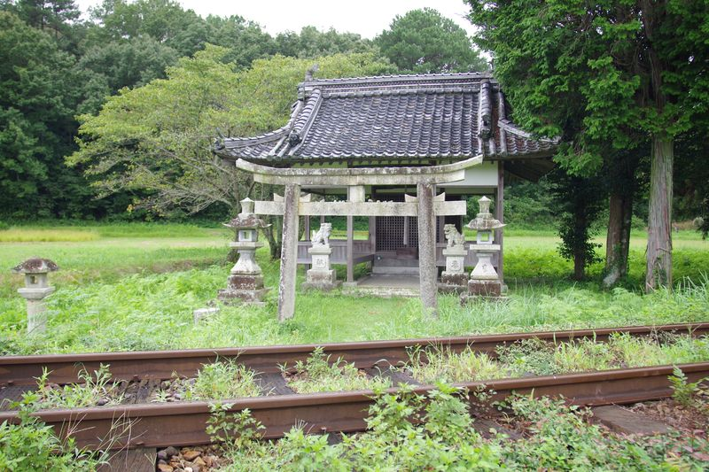 道なき神社 線路を渡って詣でる 草刈りもされていて、手入れはされている年神様