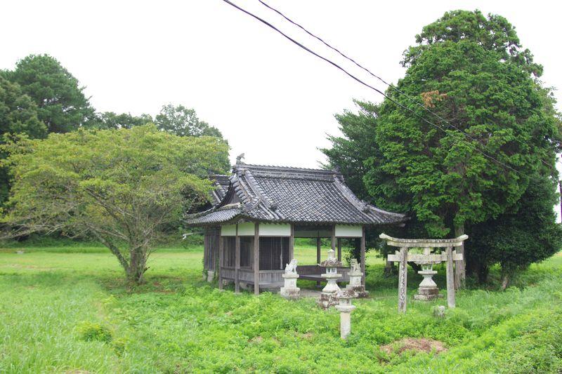 北条鉄道線路の向こう側にぽつねんと存在する大歳神社 お気に入りです。