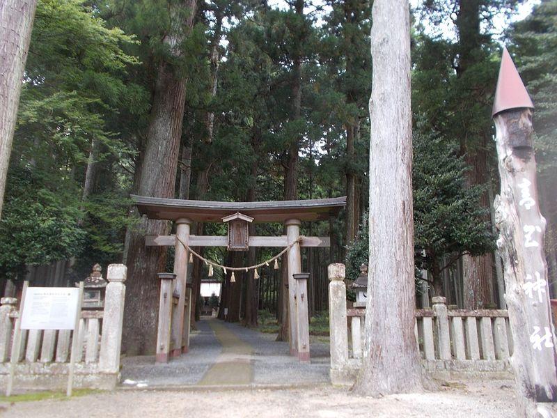 別世界の入口のような神社の鳥居