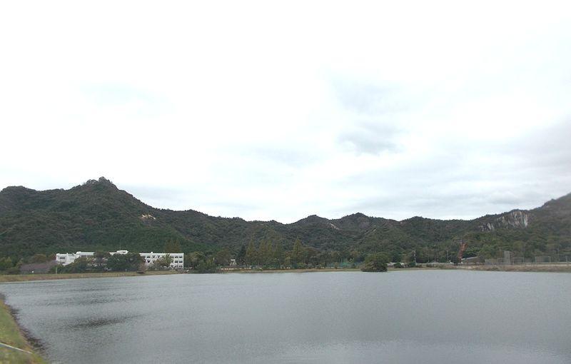 善防池から善防山、その右に頂の右が笠松山